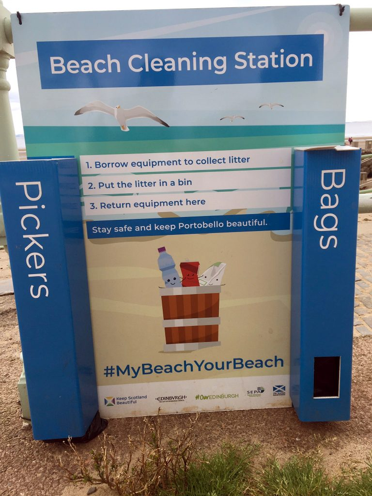 Beach litter cleaning station